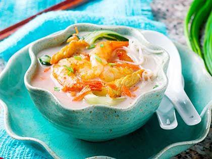 Zuppa di pollo e gamberetti al latte di cocco