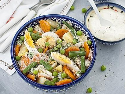 Insalata di verdure e uova con salsa cremosa