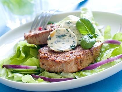 Steak grillé, beurre aux herbes