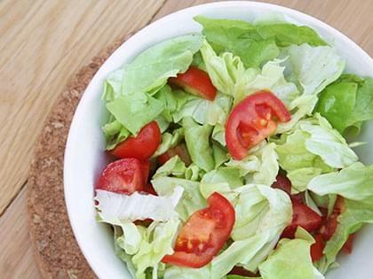 Insalata di lattuga e pomodori