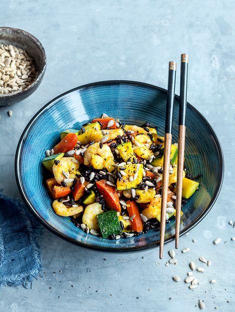 Légumes et crevettes au riz noir