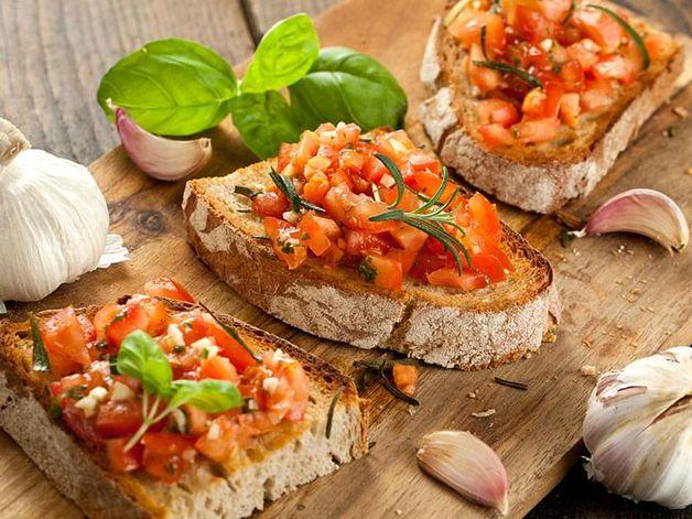 Bruschetta di pomodoro talli d'aglio