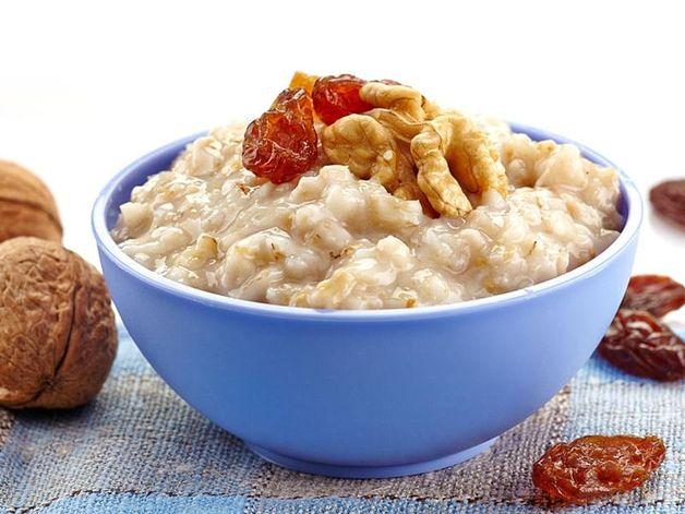 Porridge con noci e uvetta