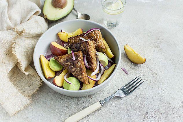 Insalata di tempeh, avocado e pesche