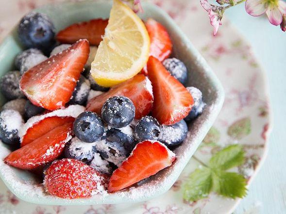 Coupe de fraises et bleuets