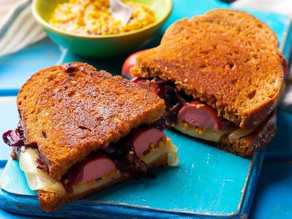 Sandwich aux saucisses fumées et oignons caramélisés