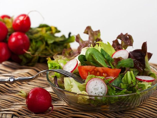 Salade de mesclun et radis avec fromage féta