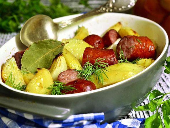 Saucisses et légumes au four