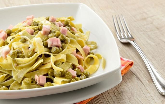 Spinach fettuccine with Ham and Peas